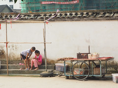 siblings (1) (anwoody) Tags: for flickr xingping china market streetlife