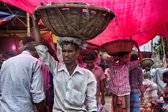 Market couriers (Feca Luca) Tags: street reportage market mercato people work lavoro outdoor bangladesh asia nikon