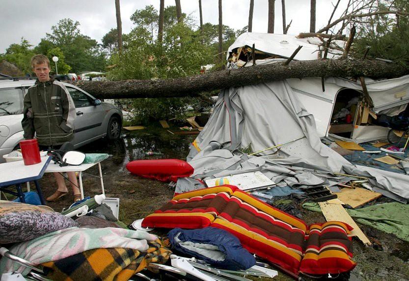 dégâts dans un camping de Biscarosse après l'orage du 15 juillet 2003 météopassion