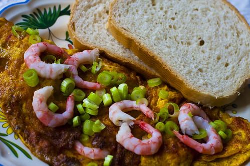 Omelett med chili, dill og reker