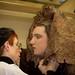 Teresa MO ajusta un ornament elaborat amb xocolata a un dels models de la Mostra de vestuari basada en els sentits que va tenir lloc al Museu de la Xocolata de Barcelona i que ara s'exhibeix a Vic. Crèdit: Santi Pujolàs.