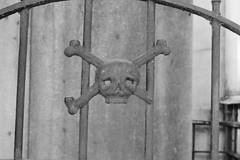 Herrera de la muerte (carlosamosquera) Tags: ba argentina recoleta mausoleo monumentos cemeterio estatuas statues mausoleum nikon