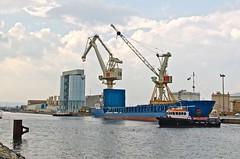 La manoeuvre du Normed Bremen (jeanmichelchuiche) Tags: mer france port bateaux cargo silos aude grues portlanouvelle gribi normedbremen