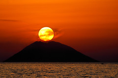 Dancing on the Volcano (Rickydavid) Tags: volcano vulcano sun sole stromboli isola isle sunset tramonto fumo smoke tropea calabria eolie mediterraneo mare sea mountain montagna