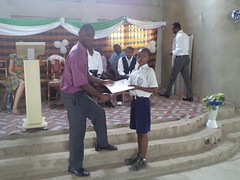 "The PRO of Ghana Education Service presents award to one of the pupils • <a style=""font-size:0.8em;"" href=""http://www.flickr.com/photos/48668870@N02/6947268816/"" target=""_blank"">View on Flickr</a>"