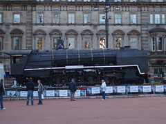 Loco 3007 (divnic) Tags: train scotland glasgow georgesquare locomotive citycentre tender bloemfontein steamtrain steamlocomotive glasgowcitycouncil nbl orangefreestate unionofsouthafrica northbritishlocomotivecompany glasgowmuseumoftransport spoornet southafricanrailways riversidemuseum class15f 482mountainwheel northbritishlocomotivepreservationgroup typeettender