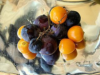 Bodegón con uvas y pysalis.