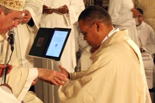 EL Cardenal Lopez Rodriguez Misa con Su Ipad