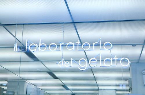 Neon sign of il laboratorio del gelato