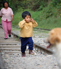 A woman, a kid and a dog (Pedro Nez) Tags: boy woman dog peru lines train tren photography kid mujer kind perro hund chico frau nio bubbe 2007 lineas pedornunez