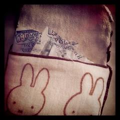 ミッフィーのポケット付きタオルに保冷剤を3つ仕込んで会社に来ました。一時間たってもまだまだ冷たい~
