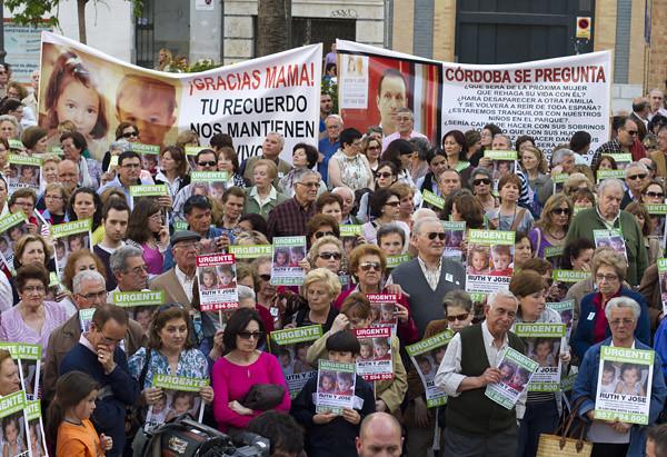 Imágenes de la conce ntración por Ruth y  José en la plaza de  las Monjas de Huelva . (Julián Pérez)