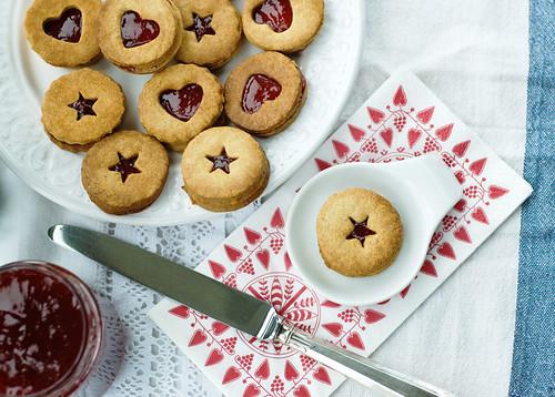 linzer biscuits christmas cookies strawberry jam almonds walnuts baked коледа линц бисквити сладко линцер сладки