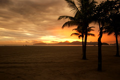 Pôr do sol chuvoso (Thiago Souto) Tags: sunset sea orange cloud sun sol praia beach mar areia sony laranja palm pôrdosol santos shore alpha nuvem litoral palmeira baixadasantista α230