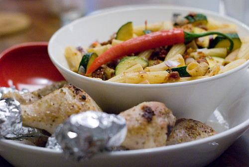 Varm pastasallad med chicken drumsticks Foto: Dominique Forssman, Middagsfrid
