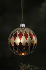 Christmas tree ball (Martina Karlsson) Tags: christmas red tree canon ball gold sweden mark ii 5d gran sverige mm 135 martina guld 135mm kula rd karlsson f20 chequered julgran julgranskula julkula