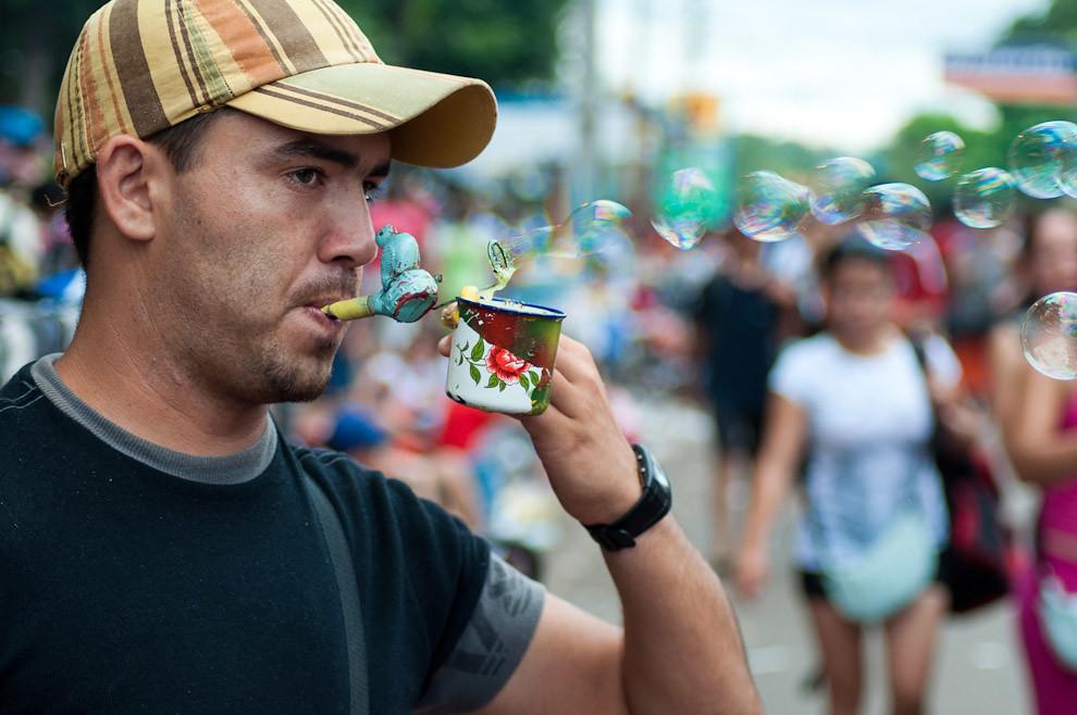 Un vendedor ambulante ofrece su mercadería que consiste en burbujas de jabón en la calle cercana a la Basílica de la Virgen de Caacupé, en la mañana del 8 de Diciembre. (Elton Núñez - Caacupé, Paraguay)