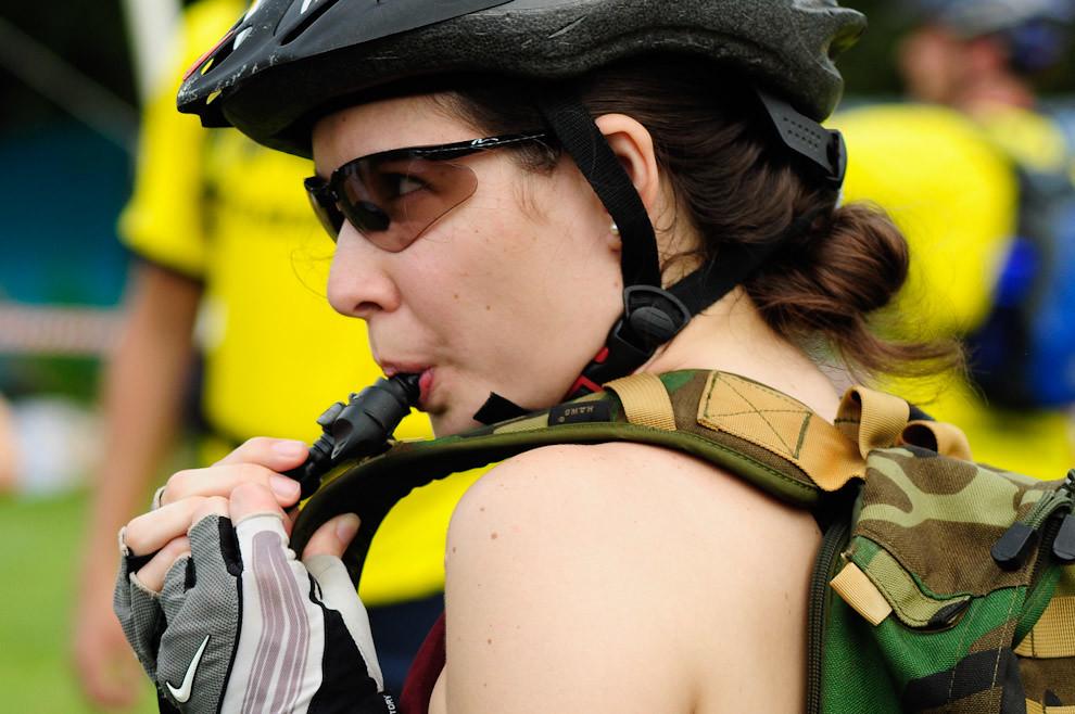 Una mujer atleta se hidrata antes de comenzar una carrera de 35 kilómetros de ecoaventura sobre bicicletas Montain Bike, el 12 de Diciembre en la Quinta Manduará de Piribebuy. (Elton Núñez - Piribebuy, Paraguay)
