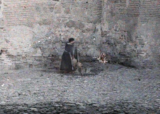 Una mujer en la fuente de la Plaza de Santa Isabel entre el 15 y el 17 de junio de 1914. Autocromo de Auguste Léon (detalle). © Musée Albert-Kahn - Département des Hauts-de-Seine