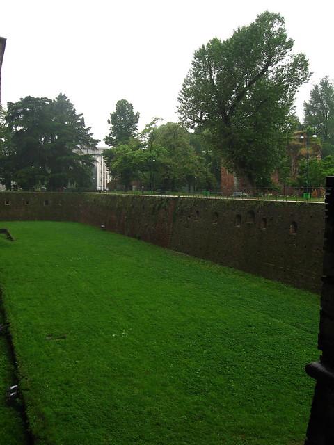 スフォルツェスコ城の堀のフリー写真素材