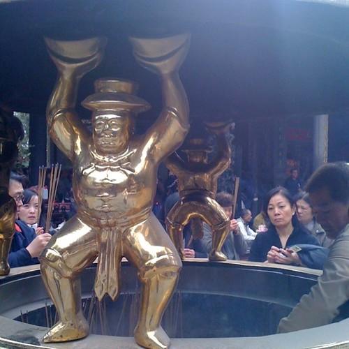 龍山寺頂燒香爐手拿元寶的金人