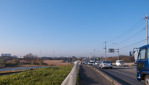 秋ケ瀬橋 遠方にかすかに富士山