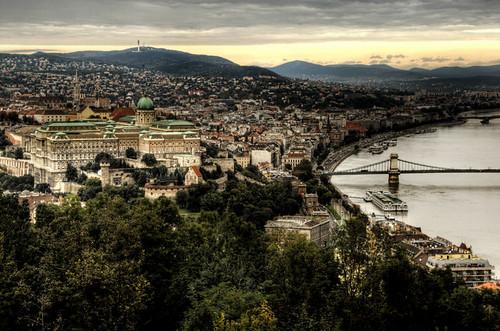 The castle of Budapest and Danubio. El castillo de Budapest y el Danubio