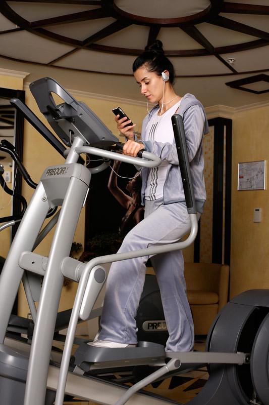 фото Тины Канделаки на тренажере с iPhone