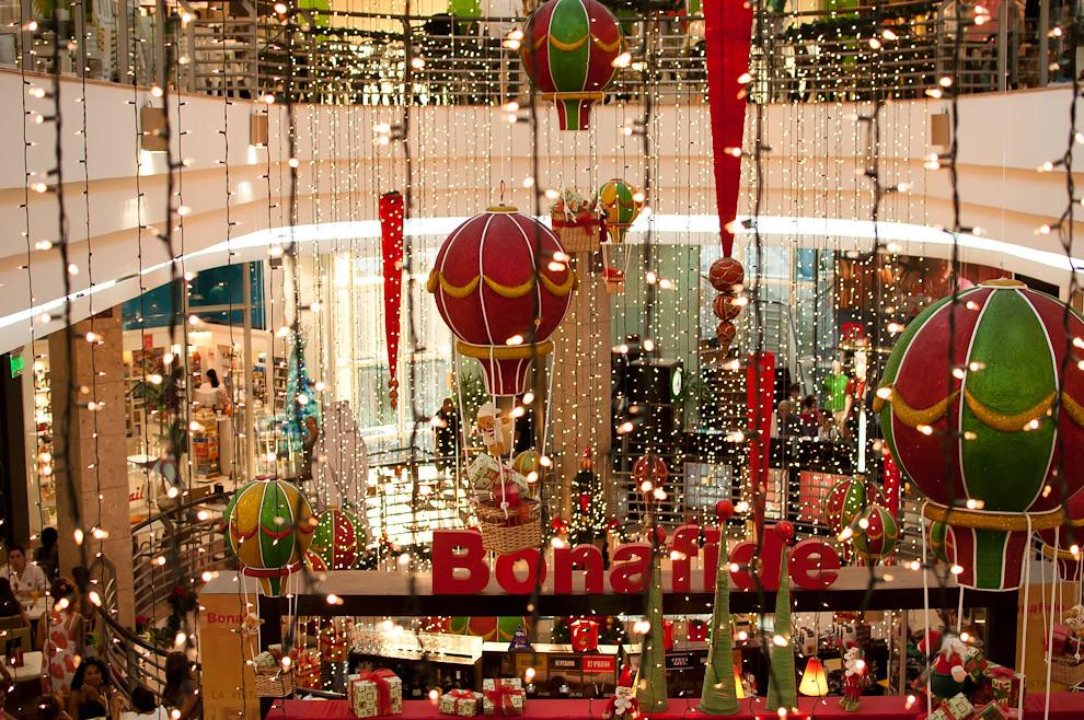 Variados adornos de Navidad decoran un conocido Shopping Asunceno en la tarde del 25 de Diciembre. (Elton Núñez - Asunción, Paraguay)