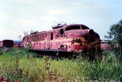 FPM1096 Locomotivas elétricas abandonadas (Fernando Picarelli Martins) Tags: brazil railway locomotive ge abandonment estadosunidos generalelectric ferrovia abandonada locomotiva desativada electriclocomotive rffsa década1940 redeferroviáriafederalsa locomotivadieselelétrica classe2cc2 brazilianrailway