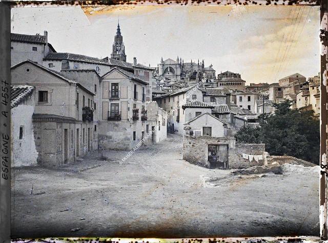 Plaza de Don Fernando entre el 15 y el 17 de junio de 1914. Autocromo de Auguste Léon. © Musée Albert-Kahn - Département des Hauts-de-Seine