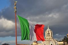 Bella Italia... (Buidlbazi) Tags: italien rome roma monument italia cloudy monumento flag rom fahne flagge tricolore zászló vittorioemanueleii bewölkt olasz róma borús nikond5000