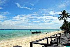 Perdersi.. (Valina's Photography) Tags: boat asia barca nuvole mare natura cielo sole thailandia viaggi palme spiaggia vacanza paradiso phiphiisland legno sabbia isola sogno cocco caldo isole holidayinnresort nikond80