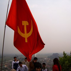 Vietnamese Flag at Top of Ni Si Sn, Quc Oai, Hanoi (vnkht) Tags: red landscape gold flag sony vietnam hanoi 2010 vitnam vietnameseflag hni huyn dscw130 qucoai sisn quocoai nisisn nuisaison saisonmountain gavinkwhite