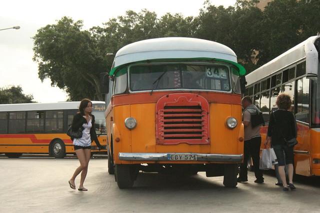 Um autocarro no terminal de Valeta em Malta