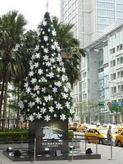 2010 xmas - 信義三越A8門前的BURBERRY聖誕樹