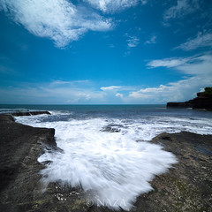 Hadiran Ombak Membelai Pantai (naza.carraro) Tags: nazarudinwijee naza naza1715 indonesia bali island kuta beach paradise sunset vertorama waves airasia holiday tourism baliness indonesian garuda beautiful sand tanahlot alleycats suarakekasih