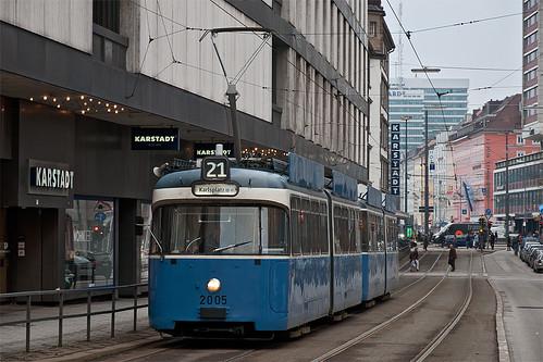 Wagen 2005 muss schon den ganzen Tag den Beiwagen 3037 hinter sich herziehen. Hier fährt er gerade durch die Prielmayerstraße.