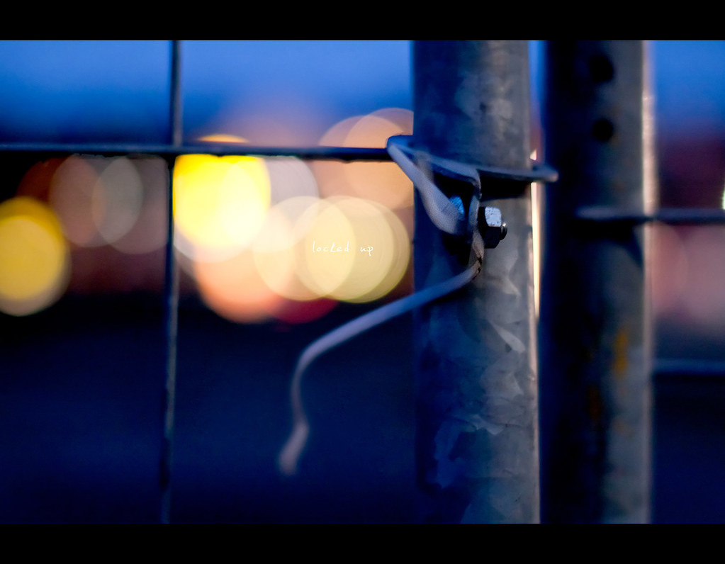 Day 163, 163/365, Project 365, Bokeh, fence, bauzaun, locked up, metal, cold, blue, warm, screw, kabelbinder, texture, project365, 50mm, Sigma 50mm F1.4 EX DG HSM,