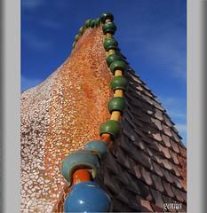 urban dragon  (Gaudi) (xeniussonar) Tags: barcelona arquitectura edificios gaudi monumentos