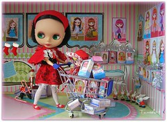 Extreme Christmas Shopping (TamsArt *) Tags: christmas shopping toy tokyo doll crochet dream pd blythe takara ebony diorama petite photochallenge tamsart juniemoon