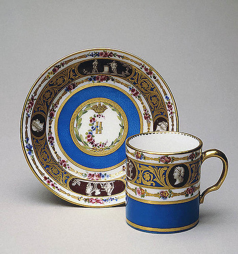 023- Taza de café con platillo- Porcelana de Sèvres 1777-1778- Copyright ©2003 State Hermitage Museum. All rights reserved