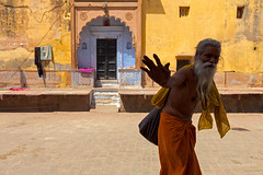 Yellow, Vrindavan (Marji Lang) Tags: door old travel india man black travelling colors silhouette sign yellow wall composition contrast jaune dark beard golden hand expression main oldman compo ombre frame porte mur greeting indien baba barbe signe sadhu homme barbu dor vrindavan uttarpradesh travelphotography handsign travelshots hariom ahand krishnacity signedelamain ascte marjilang oldsadhu