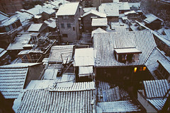 Roofs mosaic (avezink) Tags: china snow slr film analog canon december shanghai kodak roofs vista   eos30 oldtown tenement moviefilm  5279  500t kodakvision500t heshunjie