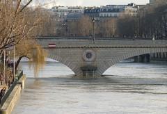 2011.01.09.064 PARIS -  le Pont Louis-Philippe (alainmichot93) Tags: paris france seine architecture pont 75 iledefrance fleuve crue laseine 2011 pontlouisphilippe ouvragedart paris4mearrondissement mygearandmepremium