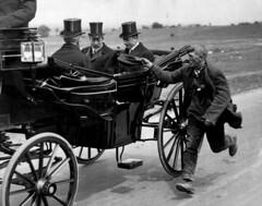 Bedelaar naast koets koning George V / King George V accosted by a beggar (Nationaal Archief) Tags: poverty england beggar 1920 engeland derbyday georgev koets epsomdowns armoede bedelaar kinggeorgev koninggeorgev