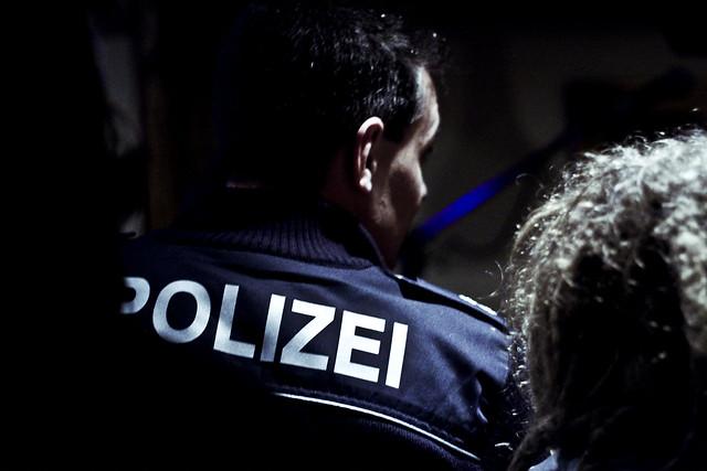 polizei che interrompe il concerto per eccesso di sound