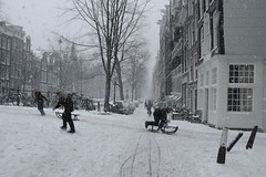 Winter joy in Amsterdam (B℮n) Tags: city bridge snow sinterklaas amsterdam topf50 nightshot letitsnow sled sneeuwpoppen sleds gezellig jordaan winterwonderland sneeuwpret sledge tms antonpieck bloemgracht sneeuwvlokken winterscene amsterdambynight tellmeastory 50faves kruimeltje winterinamsterdam derdeleliedwarsstraat spiegelglad prachtigamsterdam oudemeester januari2010 dichtesneeuw amsterdamonregeld winterdocumentary amsterdamgeniet koplampenindesneeuw geenwinterbanden amsterdamindesneeuw mooiesneeuwplaatjes vallendesneeuwvlokken sleetjerijdenvanafdebrug stadvastdoorzwaresneeuwval sneeuwvalindejordaan heavysnowfallhitsamsterdam autoopdegrachtenindesneeuw sneeuwindejordaan iceageinamsterdam winterin2010 besneeuwdestad sneeuwindeavond pittoreskewinterplaatje sledingthroughamsterdam metdesleedooramsterdamin2010 sledridinginthejordaan kidsonasled sleetjerijdenindejordaan kinderengenietenvandesneeuw hollandsschilderij wintersfeerplaat winterscenebyantonpieck