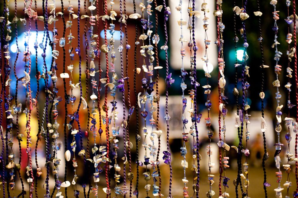 Adornos y Joyerías son vistos en las afueras de la Basílica de Caacupé en la noche del 7 de Diciembre, cada año miles de vendedores ambulantes salen a ofrecer sus productos a los visitantes de la Virgen, entre ellos están los puestos de comida, ventas de souvenir, bebidas y muchos otros negocios. (Elton Núñez - Caacupé, Paraguay)