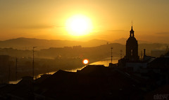 egunonBizkaia. (ekaintc) Tags: old light sun black building luz sol church silhouette rio yellow sunrise river town nikon side country negro edificio iglesia amanecer amarillo 1855mm silueta eliza bizkaia basque euskalherria ria portugalete euskadi eguzki horia nervion biscay beltz ibai argi eraikuntz egunsenti nerbioi itsasadar d40x